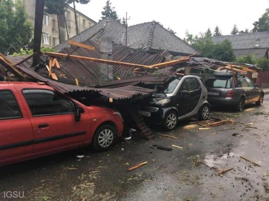 Csaknem száz településen, főleg Erdélyben okoztak károkat a viharok