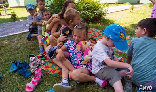 Tücsköt, bogarat tanulmányoznak a gyermekek ANYÓ-val