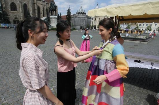 Dél-koreai ruhákkal, írással lehet ismerkedni a Főtéren