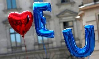 Eurobarometer: továbbra is történelmi csúcson az EU támogatottsága