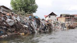 Folyó menti szeméthegyek miatt bírságolt a vízügy