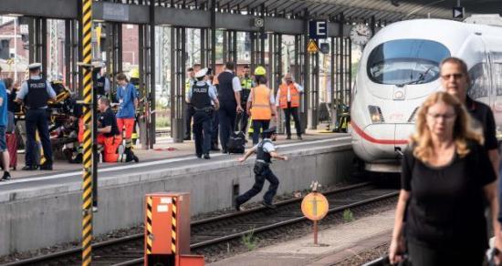 Vonat elé löktek egy anyát gyermekével, utóbbi meghalt