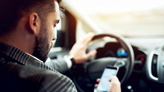 Szigorúan büntetik a mobil eszközöket használó sofőröket