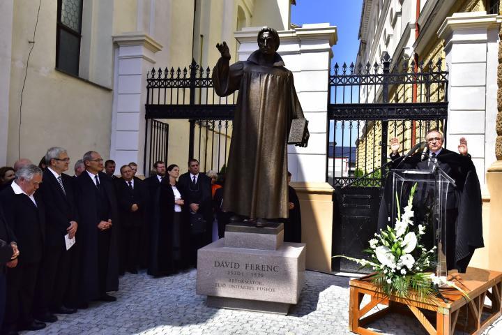 Felavatták Dávid Ferencnek, az unitárius egyház alapítójának kolozsvári szobrát