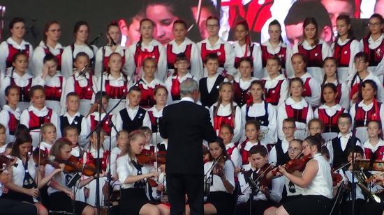 VIDEÓ - A Szentegyházi Gyermekfilharmónia fellépése a Főtéren