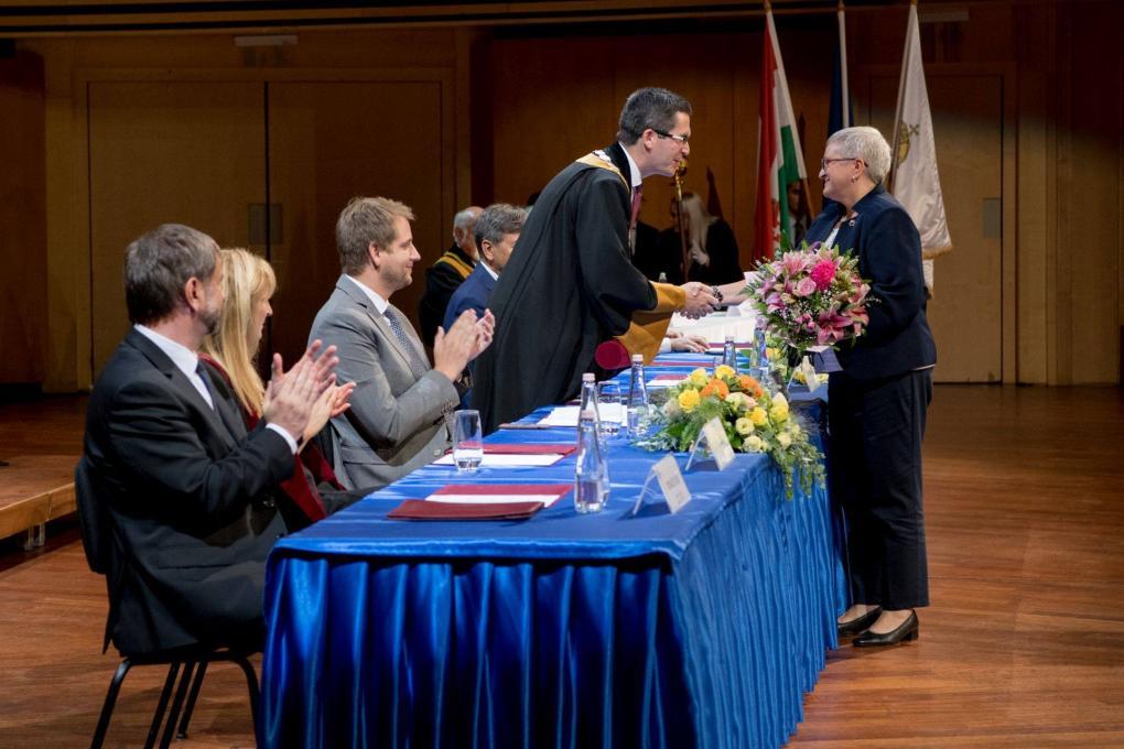 Kovács Levente rektor átadja a kitüntetést