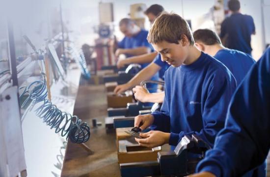 Cáfolja a tanügyminisztérium Iohannis bírálatait a diákok szakiskolába való besorolását előíró rendeletet illetően