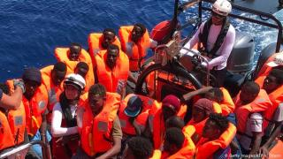Lampedusán engedi partra szállni az Ocean Vikingen érkezett migránsokat Olaszország