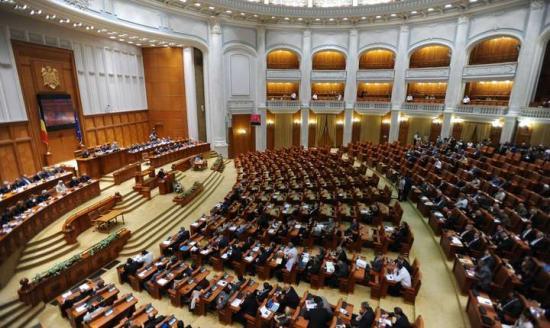 Csaknem üres parlament előtt olvasták fel a bizalmatlansági indítványt