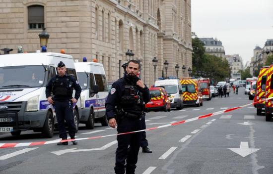 Késsel társaira támadt egy párizsi rendőr – négyet megölt