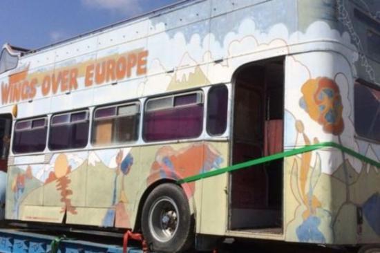 Elárverezik Paul McCartney színesre pingált turnébuszát