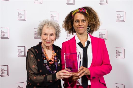 Margaret Atwood és Bernardine Evaristo megosztva kapta az idei Booker-díjat