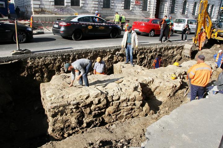Meglepő alapfalrészlet rejlik a Ferdinánd utca mélyén