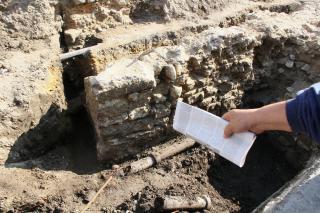 Római kori járószint is előbukkant a Híd utcai ásatáson