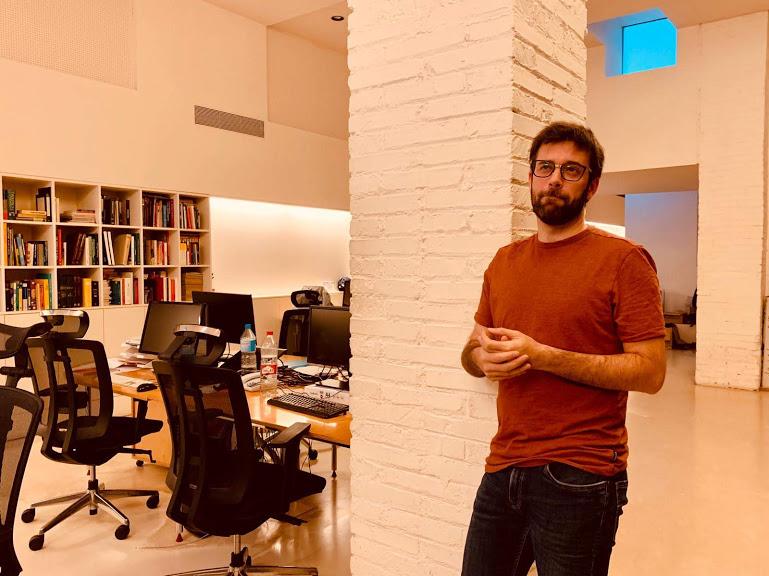 A VilaWeb főszerkesztője, Josep Casulleras a portál szerkesztőségében fogadott