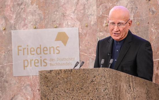Sebastiao Salgado brazil fotográfus kapta a németországi könyvkereskedők békedíját