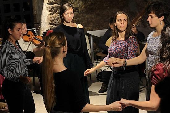 Összeköt, közösséggé formál a tánc és az ének