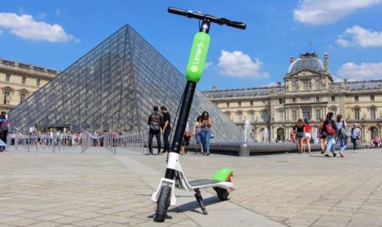 Franciaország szombattól a KRESZ-ben szabályozza az elektromos rollerek használatát