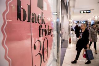 Kicsi a minimálbér és a vásárlói kosár, de nagy a láz fekete pénteken