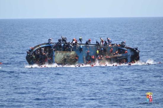 Felborult egy migránsokkal teli hajó Lampedusánál