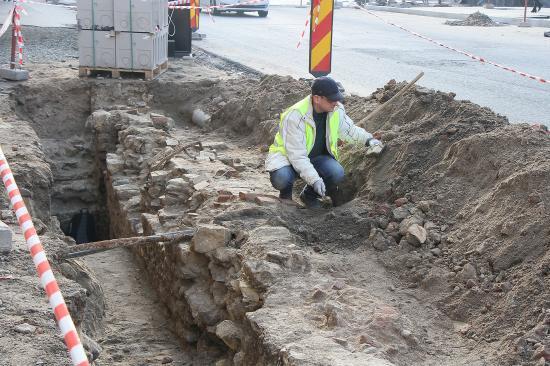 Középkori pincegádorra és falakra bukkantak