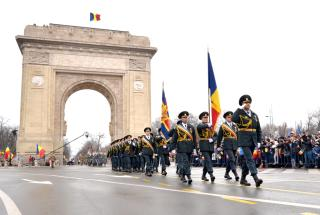 Katonai parádéval ünnepeltek Bukarestben és az országban december elsején