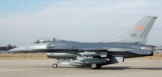További öt F-16-os harci repülőgép ...