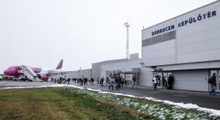 Vélt tűz miatt kiürítették a WizzAir Debrecenből Párizsba induló járatát