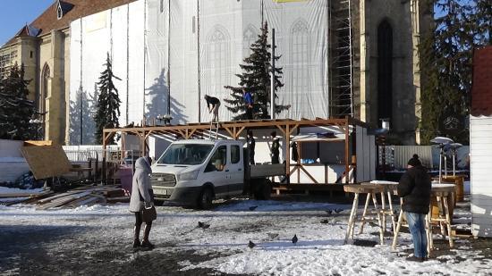 VIDEÓ - Ázsiai származású munkásokkal bontják a karácsonyi vásárt Kolozsváron