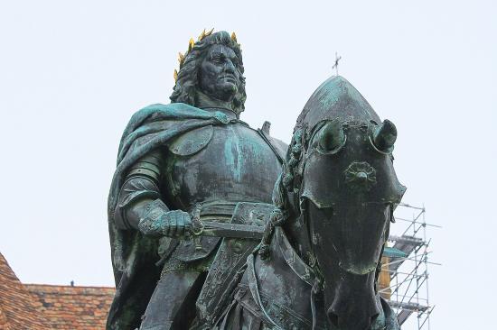Elhanyagolta a városháza a Mátyás-szoborcsoport karbantartását (FOTÓ, VIDEÓ)