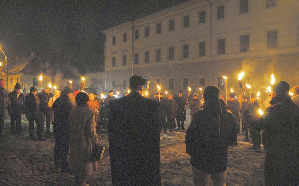 Idén is fáklyás felvonulással emlékezett a tragédiára a mártírváros
