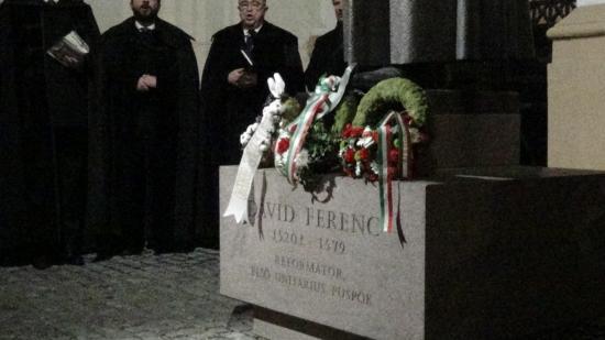 VIDEÓ - Megkoszorúzták Dávid Ferenc kolozsvári szobrát