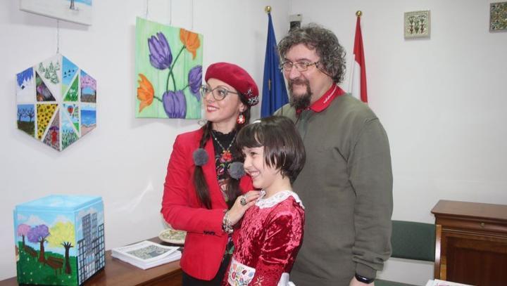 Kislányművész és gyerekkönyvek: ne tartsuk távol a gyerekeket a kultúrától!