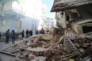 Vasárnap is folytatódott a török földrengés túlélői utáni kutatás. Nőtt a halottak száma