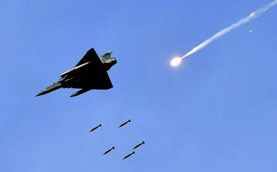 Izrael légicsapást mért szíriai fegyverraktárakra, halálos áldozatok is vannak