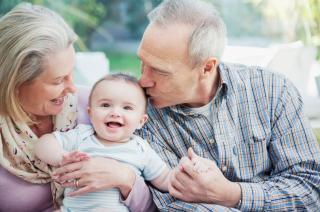 Törvényileg támogatnák a nagyszülők bevonását a gyermekgondozásba