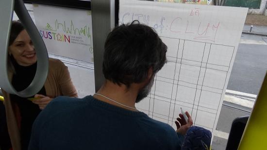 VIDEÓ - Társasjáték elektromos buszon a fenntartható fejlődésért
