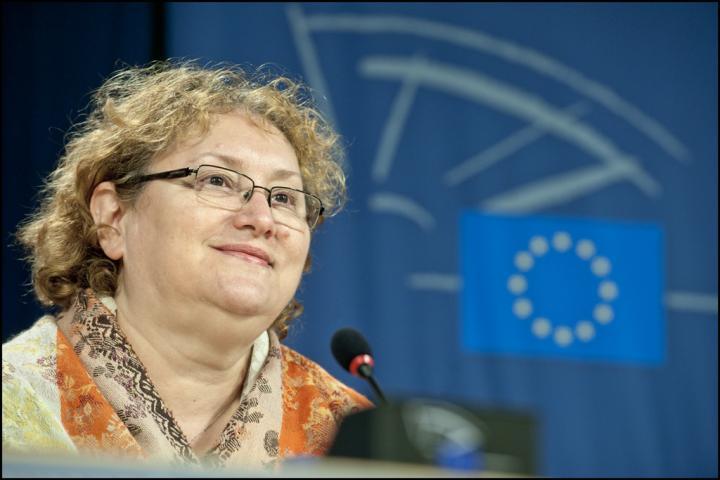 Alkotmányossági óvást emelt Renate Weber az előrehozott választásokról szóló kormányrendelet ellen