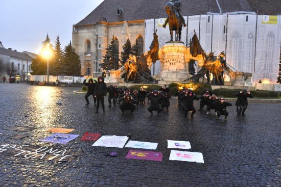 """Nőnapi flashmob a Főtéren: """"Ha egy elvész, mind elveszünk!"""""""