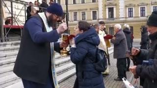 Feljelentették az egyetlen kanállal szájba áldoztató ortodox papokat
