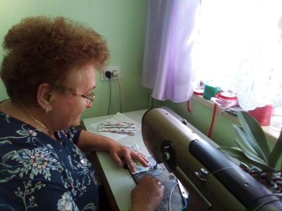 Tűvel, cérnával és hittel küzdenek Kalotaszegen a járvány ellen