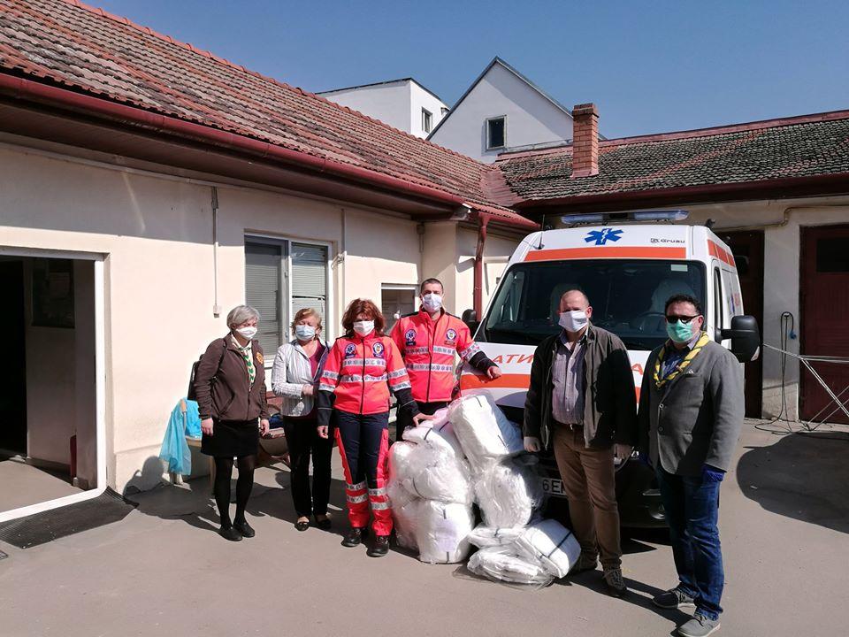 Közadakozásból száz védőruhát vásároltak a mentősöknek