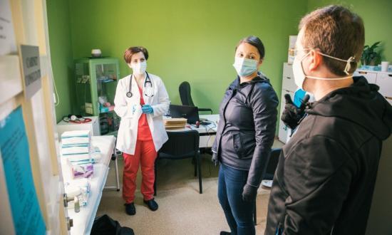 Kolozs megye: háziorvosoknak, kórházaknak, öregotthonoknak is jutott a felszerelés-adományból