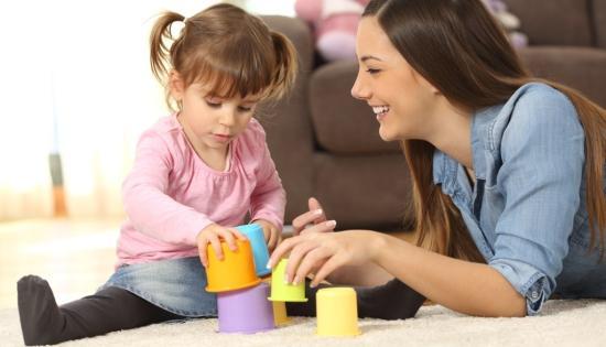 Jó hír a kisgyerekes családoknak: közvitán a daduspótlék