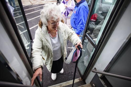 Az idősek javát szolgálja tömegközlekedésük korlátozása