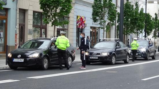 VIDEÓ - Büntetnek a helyi rendőrök a Dózsa György utcában. Miért?