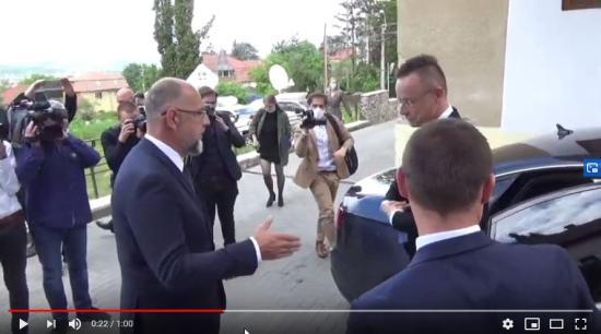 VIDEÓ - Kézfogással üdvözli egymást Kelemen Hunor és Szijjártó Péter