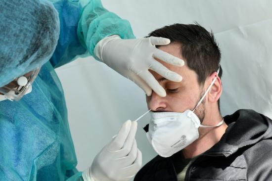 Közel 240 az új fertőzött Romániában