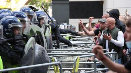 Összecsapások Londonban, száznál több tüntetőt őrizetbe vettek