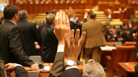 A luxusnyugdíjak 85 százalékos megadóztatásáról döntött a parlament